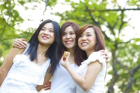 chicas divirtiendose: Asi�ticos j�venes tener diversi�n, parque,
