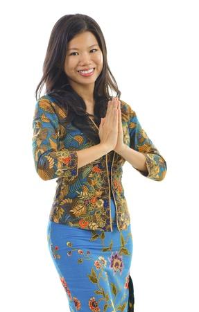 Southern femme thaïlandaise dans un geste d'accueil traditionnelle sur fond blanc Banque d'images