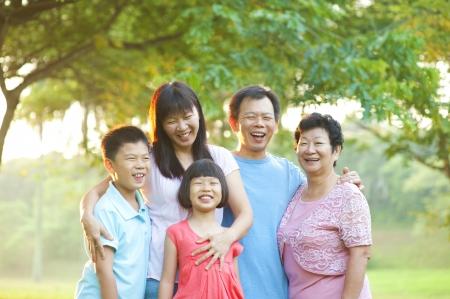 familias unidas: Familia feliz al aire libre con una gran sonrisa