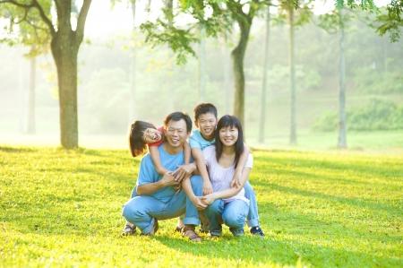 familias unidas: Retrato de familia asiática en el parque al aire libre Foto de archivo