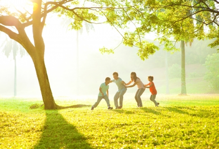 familia saludable: Familia feliz asi�tica jugando juntos en el parque al aire libre