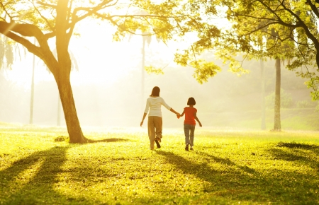 parentalidade: Retrovisor da m�e Asian segurando a m�o de sua filha correndo em dire��o a luz