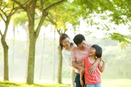 abuelos: Tres generaciones de la familia que se divierten al aire libre en Foto de archivo