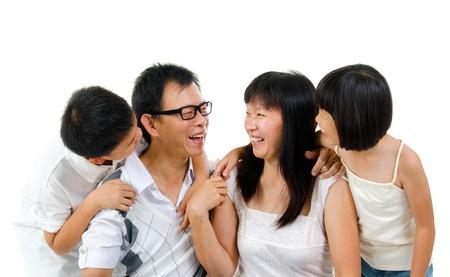 niños platicando: Familia asiática feliz compartiendo su historia, aisladas sobre fondo blanco