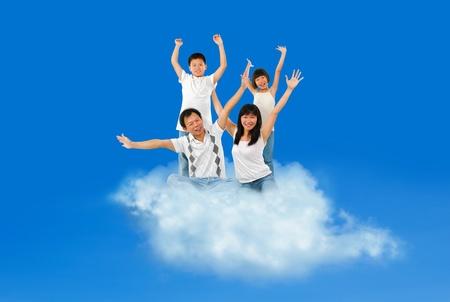 Happy family asiatique voyager sur un nuage sur le ciel bleu