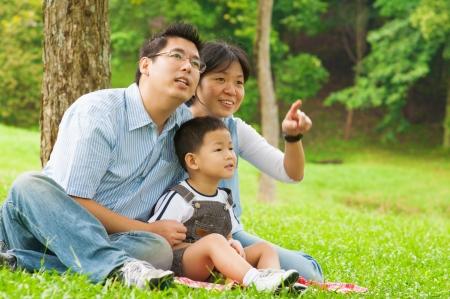 family one: Asian famiglia cinese divertirsi al parco all'aperto