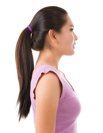 side profile: Vista laterale della giovane donna asiatica bella su sfondo bianco