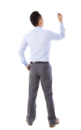espalda: Vista trasera mediados de a�os masculino asi�tico en camisa azul escribiendo algo sobre placa de cristal con el marcador