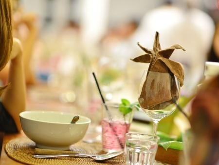 familia cenando: Grupo de personas que tienen partido reuni�n, se centran en la copa