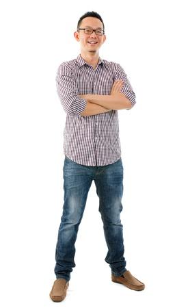 mani incrociate: Corpo intero casuale in piedi asiatico maschio su sfondo bianco