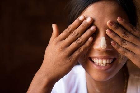 害羞的女孩緬甸摀住眼睛的手 版權商用圖片