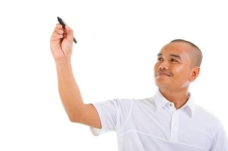 흰 셔츠에 아시아 남성 마커와 유리 보드에 뭔가 쓰는