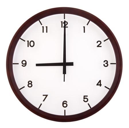 o�??clock: Reloj anal�gico cl�sico que apunta a las 9 en punto, aislados en fondo blanco