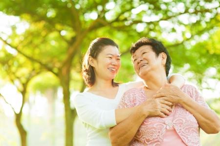 Senior moeder en dochter met plezier tijd buitenshuis