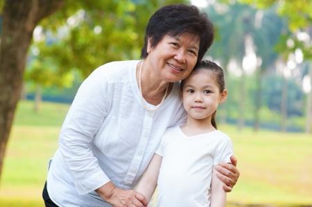 personnes �g�es: Grand-m�re asiatique et petits-enfants � l'ext�rieur