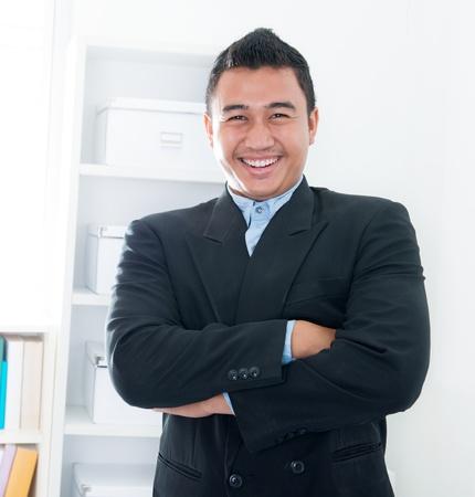 年輕的東南亞執行站在辦公室