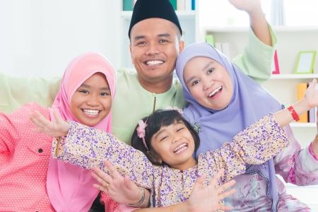 femmes muslim: Du Sud-Est asiatique temps familial de qualit� � la maison. Mode de vie musulman vie de famille.