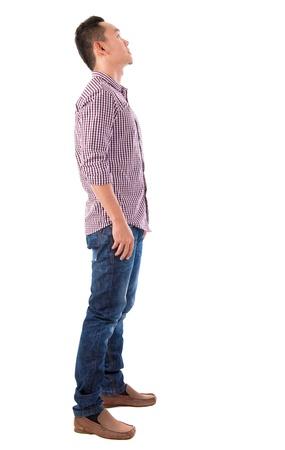 ni�o parado: Vista lateral de cuerpo entero de pie chino asi�tico masculino mirando hacia arriba aislados en fondo blanco