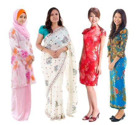 indonesisch: Groep van Zuidoost-Aziatische vrouwen in verschillende cultuur. Full body diversiteit vrouwen in verschillende traditionele klederdracht staande op een witte achtergrond.