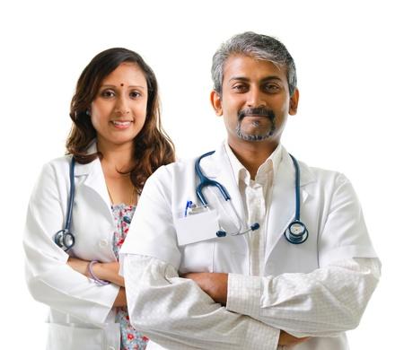 grupo de médicos: Los doctores indios o equipo médico de pie brazos cruzados aislados en fondo blanco