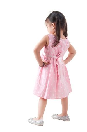 mujer hijos: Posterior de cuerpo completo vista asiático niña de pie en traje de color rosa sobre fondo blanco