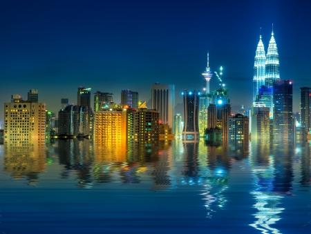 クアラルンプールはマレーシアの最も大きい都市と首都水の反射を表示します。