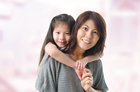 five years old: Bella giovane madre e il suo bambino di cinque anni, figlia a casa. Felice madre asiatica e figlio.
