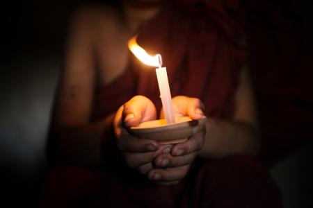 vela: Poco monje sosteniendo una vela