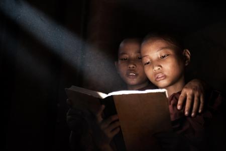 Myanmar: Petits moines lecture du livre � l'int�rieur de monast�re