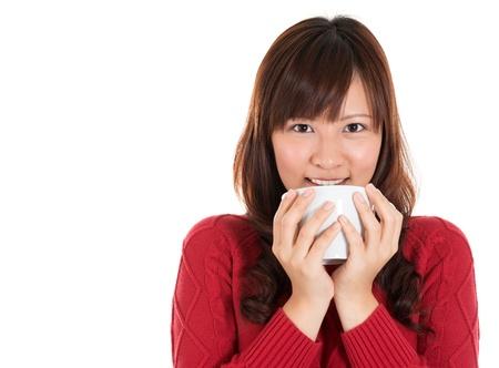 donna che beve il caff�: Bella mista asiatica donna che beve il caff� o il t�, isolato su sfondo bianco Archivio Fotografico