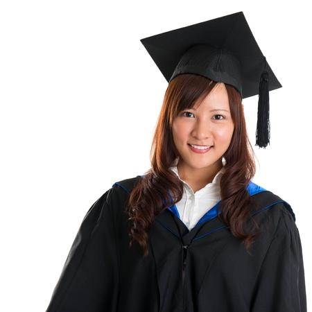 graduacion de universidad: Retrato del estudiante sonriente mujer asiática en traje de postgrado aislado en fondo blanco
