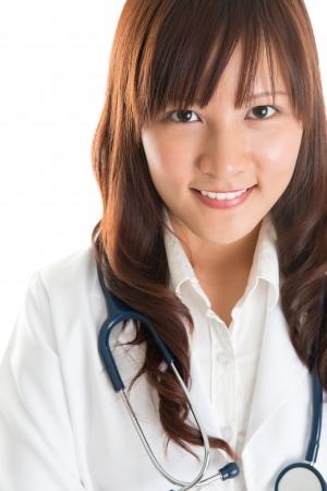 亞洲青年護士或醫科學生微笑隔絕在白色穿著白大褂。