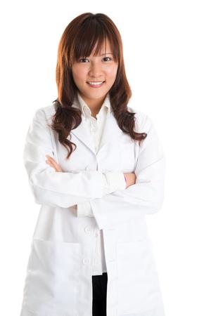 cientificos: Esteticista. Asian beauty spa masaje de la mujer terapeuta en bata de laboratorio de pie aislado en fondo blanco Foto de archivo