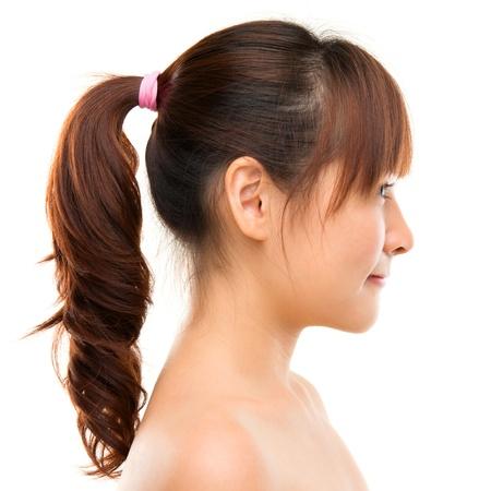 visage profil: Profil de femme asiatique. Sourire belle jeune femme asiatique près face isolée sur fond blanc.