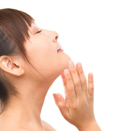masajes faciales: Cuidado de la piel mujer asiática mimos piel de la cara, cuidado de la piel concepto refrescante. Vista lateral de la cara cerca de la hermosa raza mixta asiática. Chica aislada sobre fondo blanco