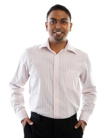 웃는 인도 사람. 자신감이 젊은 인도 사람들은 흰색 배경에 격리 된 서.