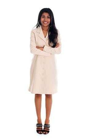 cuerpo entero: Isolated confianza empresaria india sonriendo a la cámara, todo el cuerpo de pie contra el fondo blanco. Foto de archivo