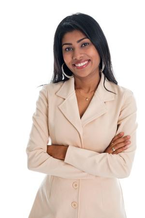 Attraktive indische Geschäftsfrau Hände gefaltet im Anzug lächelt glücklich. Portrait der schönen asiatischen weiblichen Modell steht auf weißem Hintergrund isoliert. Standard-Bild
