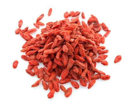 레드 구기 열매, 구기자 나 구기자, 근접 흰색 배경에 고립 된 중국 약초를 건조. 의 barbarum 구기자.