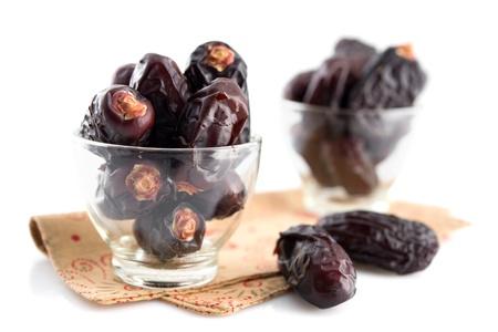 Dates fruits. Pile des frais Date fruits secs dans un verre isolé sur fond blanc. Banque d'images - 20231310