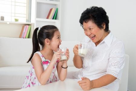 tomando leche: Hermosa abuela y su nieta