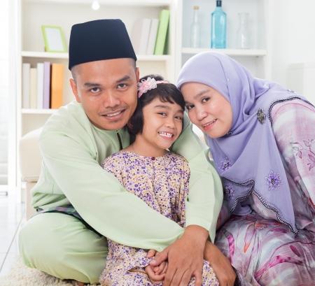 Muslim�t� rodi?e obj�m�n� d�t?. Jihov�chodn� Asie Malajsk� rodina �ivotn� styl. �?astn� �sm?v otec matka a dcera. photo