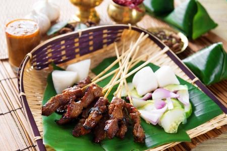 牛肉のサテー、ロースト肉の串焼きマレー料理。伝統的なインドネシア料理。ホットでスパイシーなインドネシア料理、アジア料理。