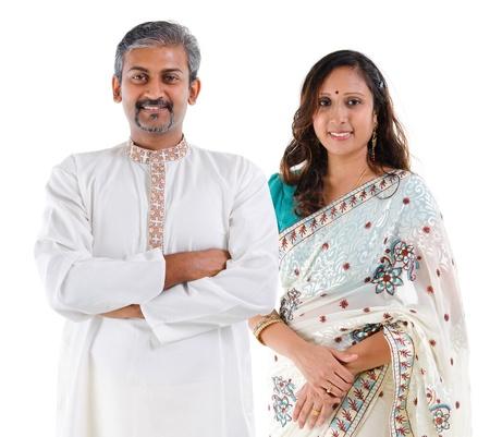 indianin: Portret z połowy wieku piękna indyjska rodzina w tradycyjnym stroju stojących na białym tle