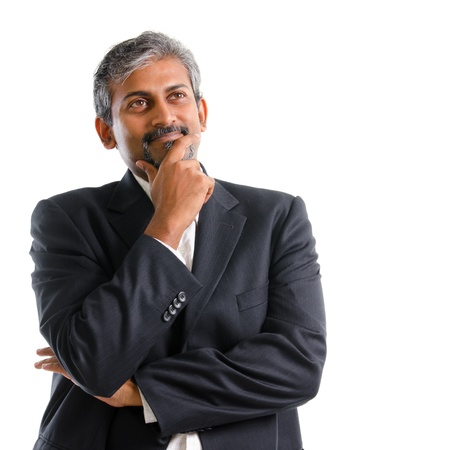 Aantrekkelijke volwassen grijze haren Indiase zakenman denken, geïsoleerd op een witte achtergrond Stockfoto