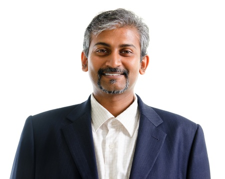 edad media: Apuesto maduro hombre de negocios asi�tico indio con traje de negocios sonriente aislados sobre fondo blanco