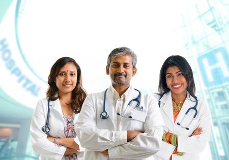 grupo de médicos: Grupo de médicos indios, hombres y mujeres de pie en el interior del hospital.