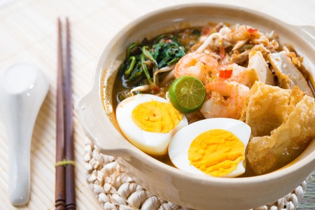 instant noodle: Singapore prawn mee or prawn noodles. Famous Singaporean food spicy fresh cooked har mee in clay pot with hot steam. Asian cuisine. Stock Photo