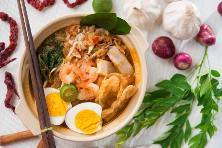 noodle bowl: Singaporean prawn noodles or har mee. Famous Singapore food spicy fresh cooked prawn mee in clay pot with hot steam. Asian cuisine. Stock Photo