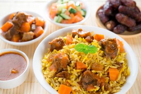 アラブの米、中東欧、タンドール マトンとアラブのサラダを添えてラマダン食品。 写真素材